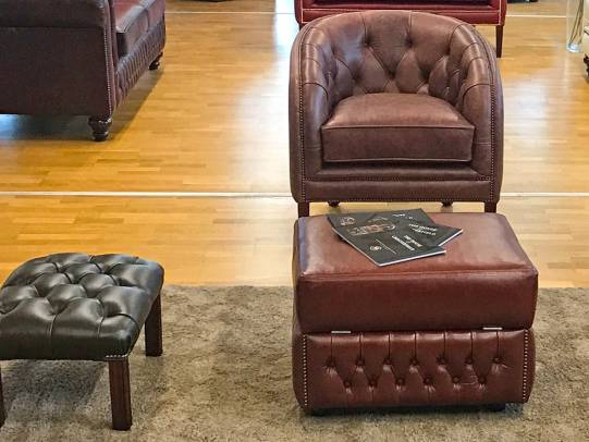 Chesterfield Sessel und Hocker Modell Byron
